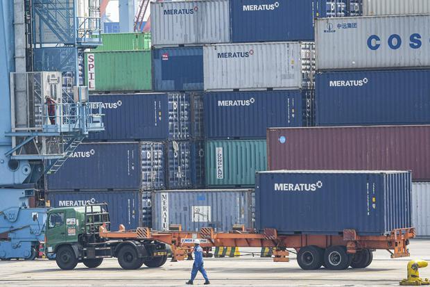 Ilustrasi, aktivitas bongkar muat. BPS mencatat defisit neraca dagang dengan Tiongkok pada periode Januari-Mei 2020 turun menjadi US$ 4,6 miliar imbas impor dari Tiongkok turun siginifikan.