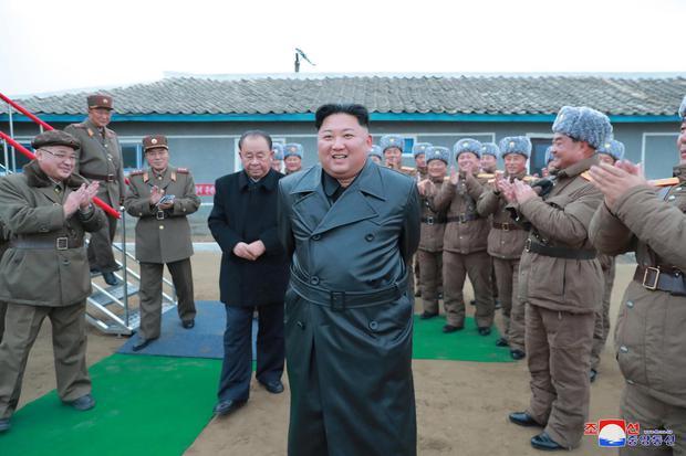 Pemimpin Korea Utara Kim Jong Un meninjau uji sistem peluncuran roket ganda super besar dalam gambar tanpa tanggal yang dirilis Kantor Berita Pusat Korea Utara () pada Kamis (28/11/2019).