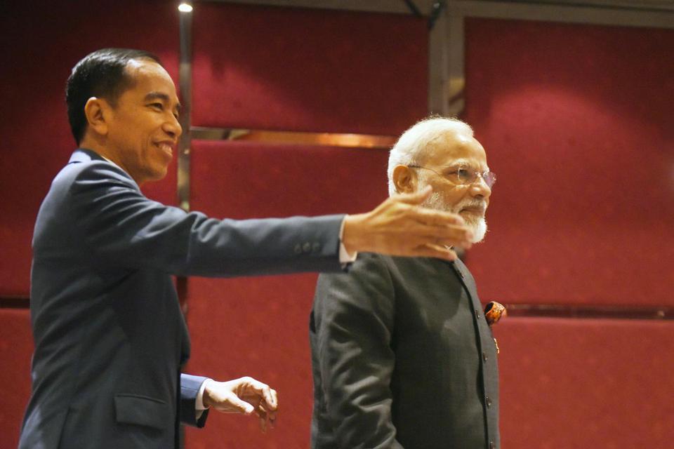 Presiden Joko Widodo (kiri) berbincang dengan Perdana Menteri India Narendra Modi, sebelum pertemuan bilateral di sela KTT ke-35 ASEAN di Bangkok, Thailand, Minggu (3/11/2019).