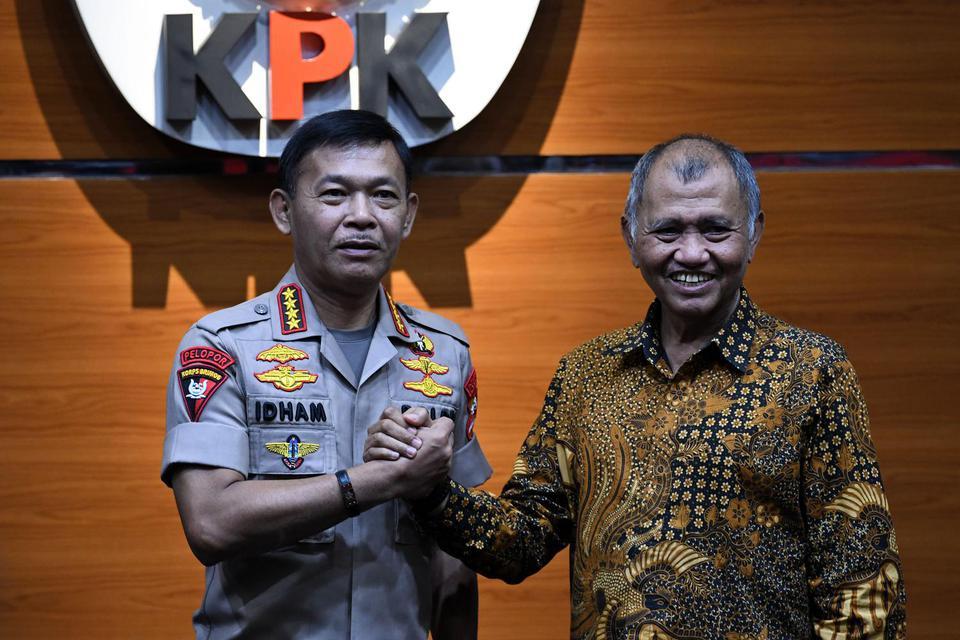 Kapolri Jenderal Idham Azis (kiri) menjabat tangan Ketua Komisi Pemberantasan Korupsi (KPK) Agus Rahardjo di Gedung KPK, Jakarta, Senin (4/11/2019). Pertemuan Kapolri dan Ketua KPK bertujuan untuk membahas sinergi dalam pemberantasan korupsi.