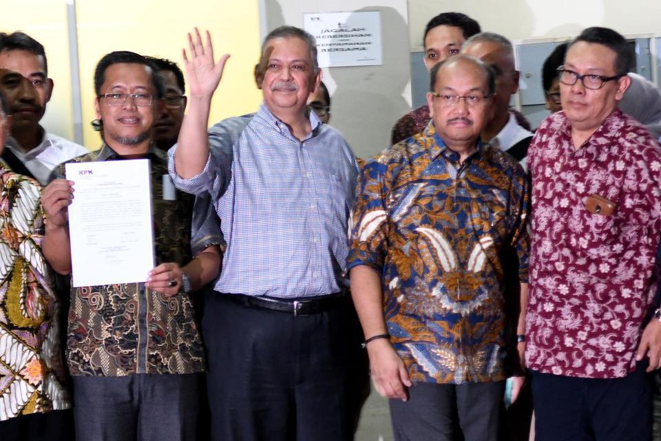 Mantan Dirut PLN Sofyan Basir (tengah) melambaikan tangan ke arah wartawan. Majelis Hakim Pengadilan Tipikor memvonis bebas Sofyan Basir karena dinilai tak bersalah dalam kasus suap proyek pembangunan PLTU Riau 1.