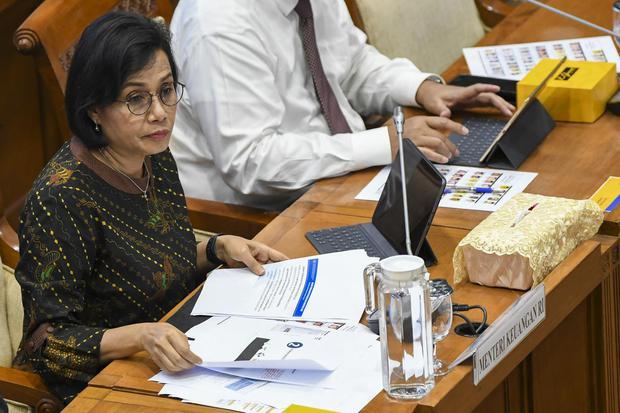 Menteri Keuangan Sri Mulyani (tengah) mengikuti rapat dengan Komisi XI DPR di kompleks Parlemen, Jakarta, Senin (2/12/2019). Rapat tersebut membahas privatisasi dan Penyertaan Modal Negara (PMN) pada Badan Usaha Milik Negara.