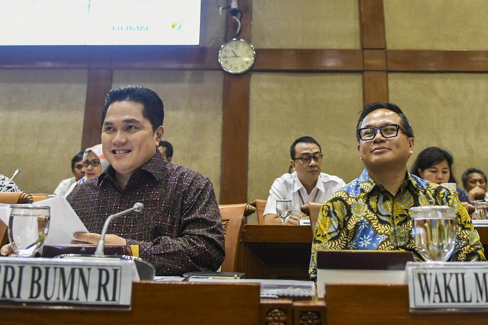 Menteri Badan Usaha Milik Negara (BUMN) Erick Thohir (kiri) bersama Wakil Menteri BUMN Kartika Wirjoatmodjo (kanan) mengikuti rapat dengan Komisi VI DPR, di kompleks Parlemen, Jakarta, Senin (2/12/2019). Rapat tersebut membahas Penyertaan Modal Negara.