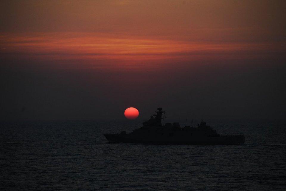 Kapal perang TNI Angkatan Laut KRI I Gusti Ngurah Rai-332 mengikuti latihan formasi pada Latihan Gabungan TNI di Laut Jawa, Jawa Timur. Skenario perang modern dengan melaksanakan manuver lapangan dan fire power demo (FPD) merupakan latihan gabungan TNI de