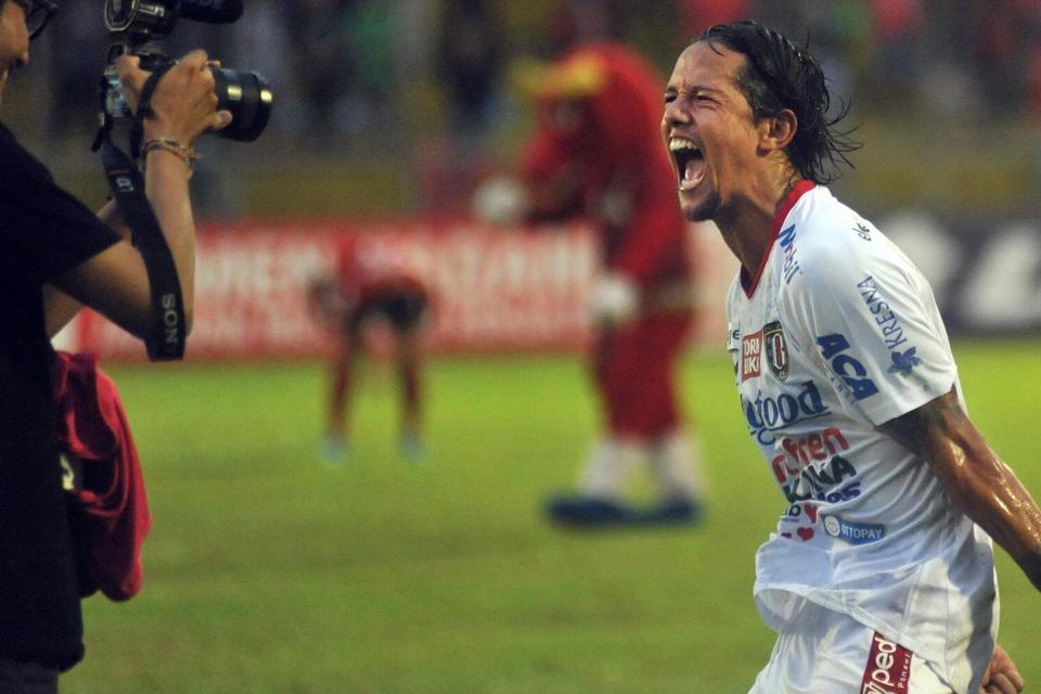 Pesepak bola Bali United, Irfan Bachdim (tengah), meluapkan kegembiraannya, pasca memastikan gelar juara Liga 1 2019, di Stadion GOR H Agus Salim, Padang, Sumatera Barat, Senin (2/12/2019). Saham emiten berkode BOLA itu pun naik 8,23% pada perdagangan Sel