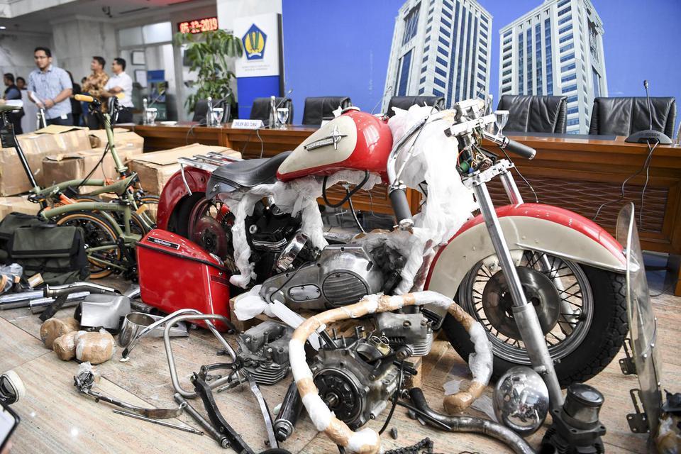 Barang bukti diperlihatkan pada konferensi pers terkait penyelundupan motor Harlery Davidson dan sepeda Brompton menggunakan pesawat baru milik Garuda Indonesia di Kementerian Keuangan, Jakarta, Kamis (5/12/2019). Direktorat Jenderal Bea dan Cukai Kemenke