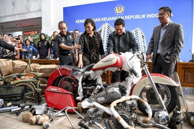 Menteri Keuangan Sri Mulyani (kedua kiri) bersama Menteri BUMN Erick Thohir (kedua kanan) dan Dirjen Bea Cukai Kemenkeu Heru Pambudi (kiri) melihat barang bukti motor Harley Davidson saat konferensi pers terkait penyelundupan motor Harlery Davidson dan s