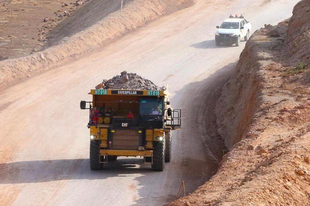 Alat berat mengangkut ore hasil pertambangan di Tambang Emas PT Bumi Suksesindo (BSI) Gunung Tumpang Pitu, Pesanggaran, Banyuwangi, Jawa Timur, Kamis (5/12/2019). Sejak memulai eksplorasi 1 Desember 2016, proses penambangan di Tumpang pitu yang telah diek