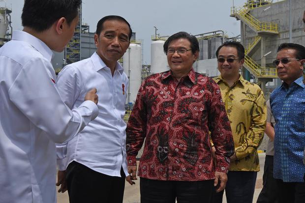 Presiden Joko Widodo (kedua kiri) didampingi Founder PT Chandra Asri Petrochemical Tbk (CAP) Prajogo Pangestu (kedua kanan), Komisaris CAP Agus Salim Pangestu (kedua kanan) dan Preskom CAP Djoko Suyanto (kanan) mendengar penjelasan dari Presiden Direktur