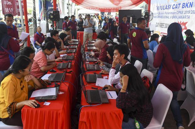 Peserta mengikut simulasi tes Calon Pegawai Negeri Sipil (CPNS) berbasis Computer Assisted Test (CAT) saat car free day di Kawasan Sarinah, Jakarta, Minggu (8/12/2019). Pemerintah melalui Badan Kepegawaian Negara (BKN) menyelenggarakan simulasi tes berbas