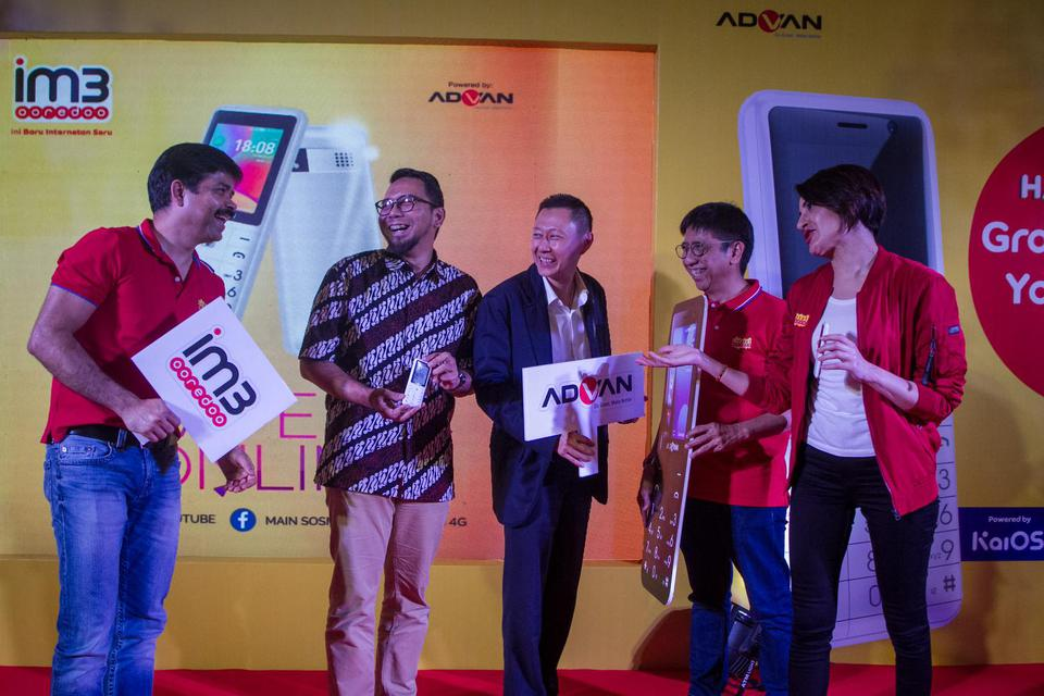 (dari kiri ke kanan) Chief Marketing Officer Indosat Ooredoo Ritesh Kumar Singh, General Marketing Advan Aria Wahyudi, Direktur Operasional Advan Chandra Tansri, Chief Sales Distributor Officer Indosat Ooredoo Hendri Mulya Syam dan SVP-Head of Retail and