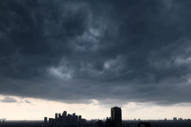 Awan gelap menyelimuti langit di salah satu kawasan di Jakarta, Rabu (11/12/2019). Meski puncak musim hujan diprediksi akan berlangsung mulai Februari 2020 di wilayah DKI Jakarta, Badan Meteorologi, Klimatologi dan Geofisika ( BMKG) mengimbau masyarakat t