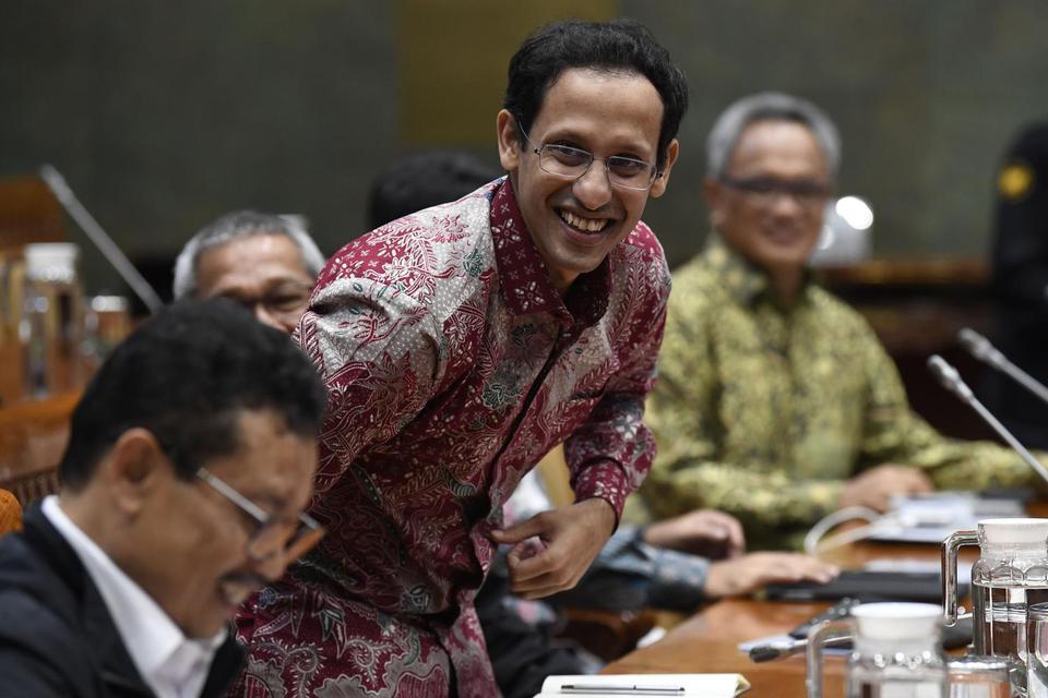 Menteri Pendidikan dan Kebudayaan Nadiem Makarim (tengah) bersama Sekjen Kemendikbud Didik Suhardi (kiri) bersiap mengikuti rapat kerja dengan Komisi X DPR di Kompleks Parlemen Senayan, Jakarta, Kamis (12/12/2019).
