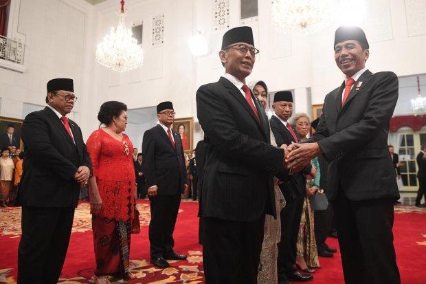 Presiden Joko Widodo (kanan) berjabat tangan dengan Ketua Dewan Pertimbangan Presiden (Wantimpres) Wiranto (kiri) usai pelantikan di Istana Merdeka, Jakarta, Jumat (13/12/2019). Presiden resmi melantik sembilan orang Wantimpres periode 2019-2024.