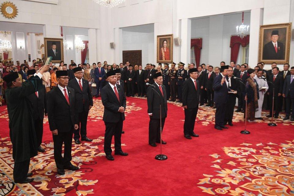 Sejumlah Anggota Dewan Pertimbangan Presiden (Wantimpres) membacakan sumpah saat upacara pelantikan di Istana Merdeka, Jakarta, Jumat (13/12/2019). Presiden resmi melantik sembilan orang Wantimpres periode 2019-2024.