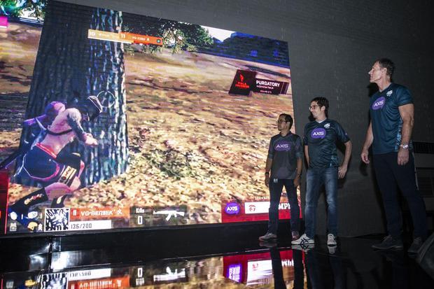Direktur Komersial XL Axiata Group Allan Bonke (kanan) bersama Head Commercial GTM Rahmadi Mulyohartono (kiri) dan Group Head Youth Segment Alfons Eric Bosch Sansa, menyaksikan layar saat peluncuran AXIS Unlimited Gaming Button Forever Play di Jakarta, Se