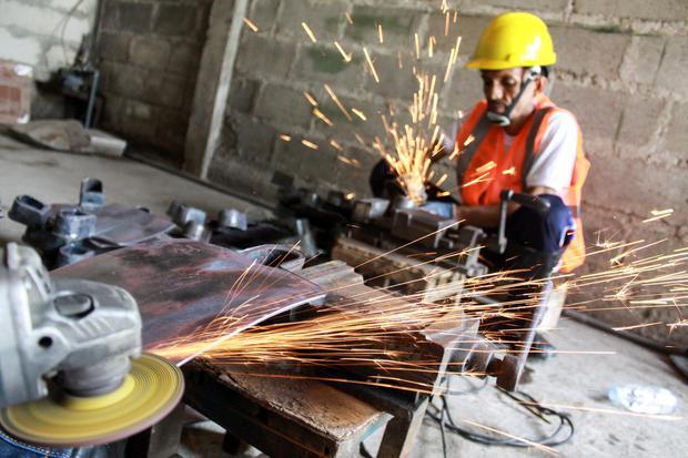 Ilustrasi, pekerja industri kecil menengah (IKM). Kementerian Perindustrian (Kemenperin) mendorong agar pelaku IKM aktif mengikuti pengadaan barang dan jasa pemerintah.