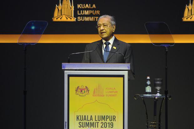 Perdana Menteri Malaysia Tun Dr Mahathir Mohamad menyampaikan pidato pada pembukaan Konferensi Tingkat Tinggi Kuala Lumpur Summit (KTT KL Summit) yang diikuti 56 negara muslim di Kuala Lumpur Convention Center, Kamis (19/12/2019). Dalam pidatonya Ketua KT