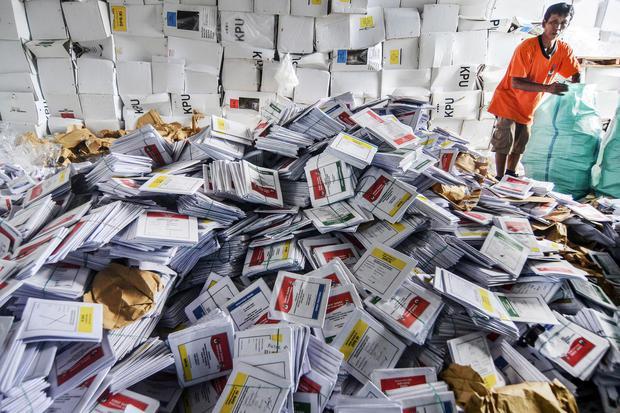 Pekerja membongkar surat suara di gudang Komisi Pemilihan Umum (KPU) Kabupaten Ciamis, Jawa Barat, Senin (23/12/2019). Sebanyak 4,8 juta surat suara yang digunakan pada Pemilu 2019 dilelang di Kantor Pelayanan Kekayaan Negara dan Lelang (KPKNL) dan nantin