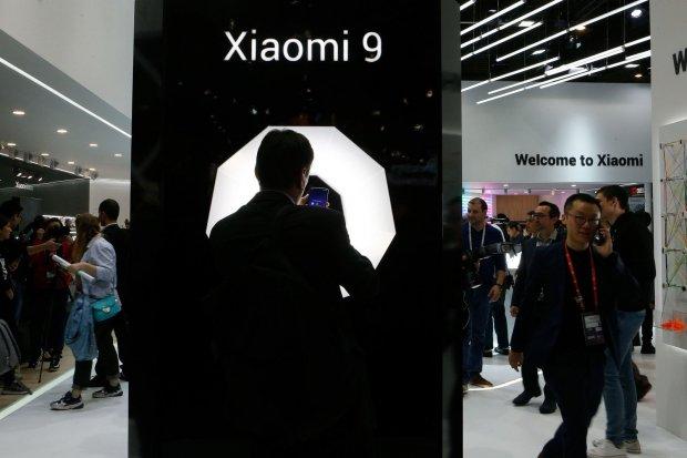 Seorang pengunjung memotret model smartphone Xiaomi 9 di pameran Mobile World 2019, di Barcelona, Spanyol pada Februari 2019.