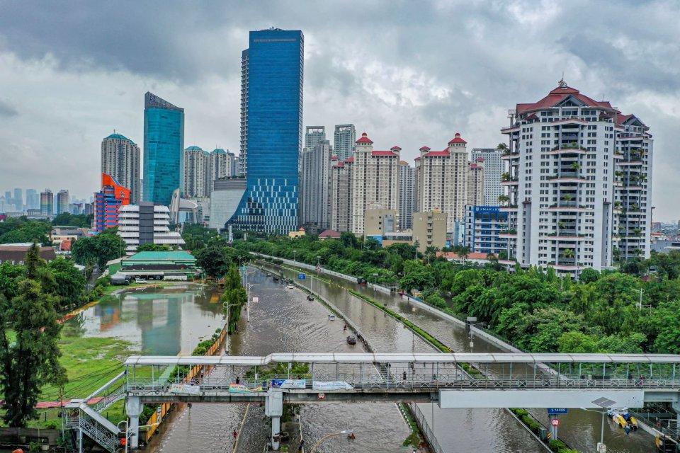 Banjir merendam kawasan Jalan S. Parman, Jakarta Barat, Rabu (1/1/2020).