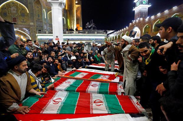 Pelayat menghadiri upacara pemakaman Mayor Jenderal Iran Qassem Soleimani, kepala Pasukan elit Quds dari Garda Revolusioner. dan komandan milisi Irak Abu Mahdi al Muhandis, yang tewas dalam serangan udara di bandara Baghdad, di Kuil Suci Imam Ali di Najaf