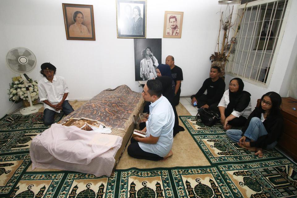 Sejumlah kerabat dan anggota keluarga berdoa di dekat jenazah artis Chandra Ariati Dewi (Ria Irawan) di rumah duka Lebak Bulus, Jakarta, Senin (6/1/2020). Ria Irawan meninggal dalam usia 50 tahun karena sakit kanker.