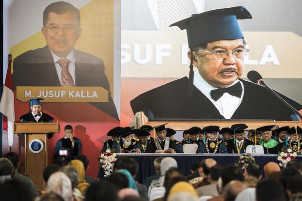 Mantan Wakil Presiden Jusuf Kalla menyampaikan pidato ilmiah saat penganugerahan Doktor Honoris Causa (HC) di Institut Teknologi Bandung (ITB), Bandung, Jawa Barat, Senin (13/1/2020). Pemberian gelar kepada Jusuf Kalla tersebut terkait inovasi yang telah