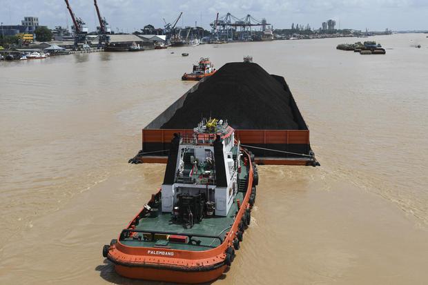 Ilustrasi, kapal tongkang pengangkut batu bara. Pemerintah menolak permohonan relaksasi royalti batu bara dari pengusaha tambang karena jika dipenuhi makin mengurangi PNBP minerba.
