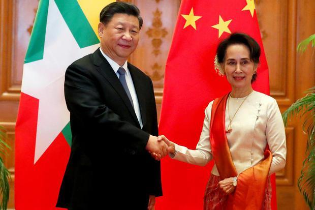Konselor Negara Myanmar Aung San Suu Kyi berjabat tangan dengan Presiden China Xi Jinping di Istana Kepresidenan di Naypyitaw, Myanmar, Sabtu (18/1/2020).