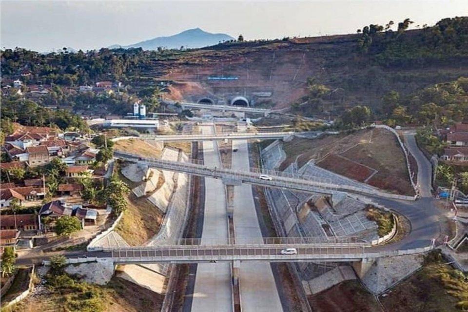 Terowongan Tol Cisumdawu yang Tembus Cadas Jadi Obyek Warga Berfoto