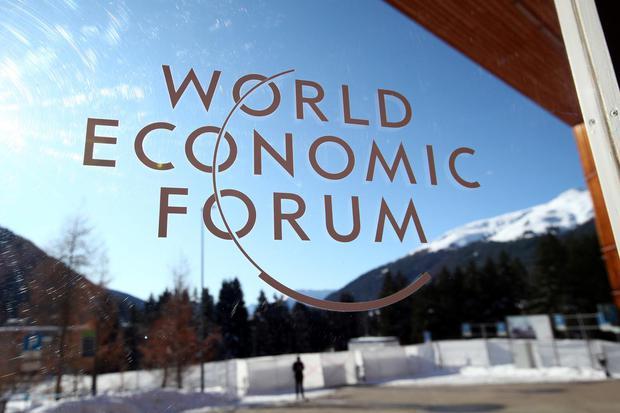Sebuah logo terlihat di Pusat Kongress (Congress Center) menjelang pertemuan yang diselenggarakan setiap tahun World Economic Forum (WEF) di Davos, Swiss, Senin (20/1/2020).