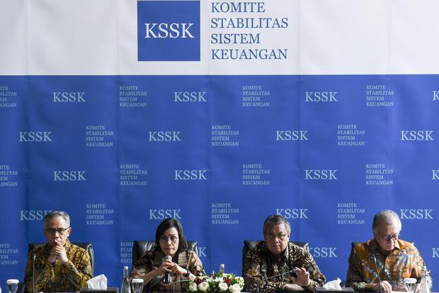 Menteri Keuangan Sri Mulyani Indrawati (kedua kiri) didampingi Gubernur Bank Indonesia (BI) Perry Warjiyo (kedua kanan), Ketua Dewan Komisioner Otoritas Jasa Keuangan (OJK) Wimboh Santoso (kiri) dan Ketua Dewan Komisioner Lembaga Penjamin Simpanan (LPS) H