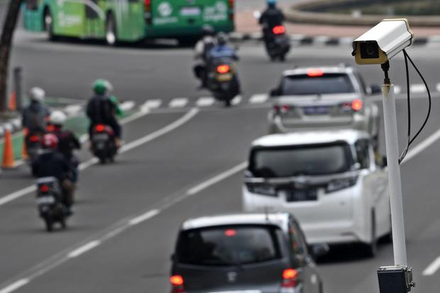 Kamera pengawas atau 'closed circuit television' (CCTV) terpasang di Jalan MH Thamrin, Jakarta, Kamis (23/1/2020). Direktorat Lalu Lintas Polda Metro Jaya akan menerapkan tilang elektronik atau 'electronic traffic law enforcement' (ETLE) untuk pengend