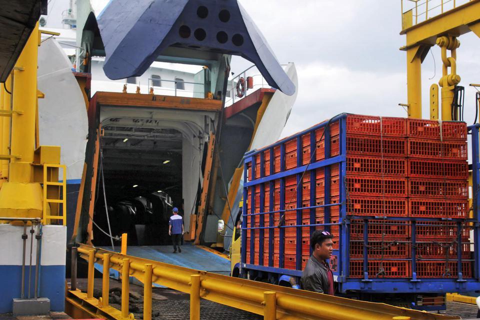 Kendaraan yang akan menyeberang ke Sumatera masuk ke kapal ferry di Pelabuhan Merak, Banten, Selasa (28/1/2020).