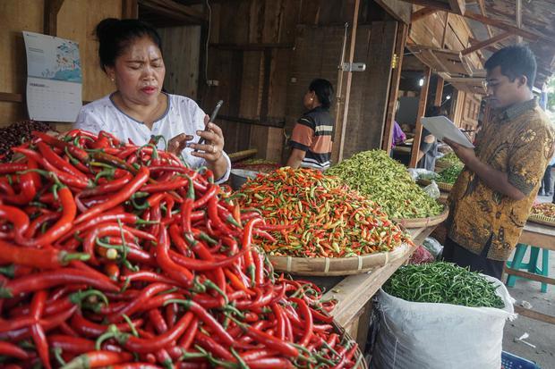 Tim Pengendali Inflasi Daerah (TPID) berbincang dengan pedagang mengenai harga cabai saat Sidak Harga Kebutuhan Pokok di Pasar Legi, Solo, Jawa Tengah, Rabu (29/1/2020). Sidak tersebut untuk memantau kenaikan harga kebutuhan pokok seperti cabai yang menca