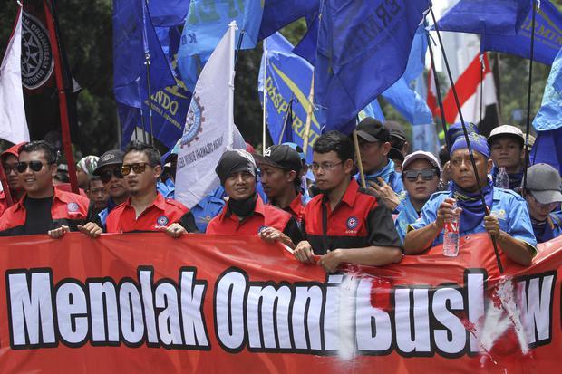Sejumlah buruh mengikuti aksi unjuk rasa menolak RUU Omnibus Law di Depan Istana Merdeka, Jakarta, Kamis (30/1/2020). Aksi tersebut menolak pengesahan RUU Omnibus Law Cipta Lapangan Kerja sebab isinya dinilai akan merugikan kepentingan kaum buruh dengan m