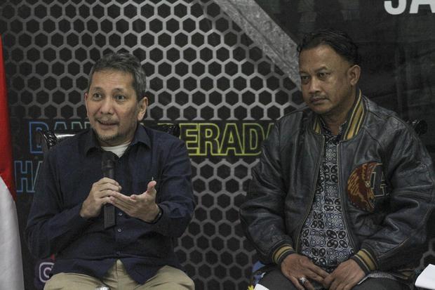 Anggota Ombudsman RI Ahmad Alamsyah Saragih (kiri) bersama Komisioner Komnas HAM Choirul Anam (kanan). Ombudsman RI akan surati Presiden Jokowi terkait 397 komisaris BUMN rangkap jabatan.