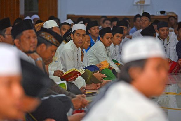 Ilustrasi warga membaca doa penutup tahlil