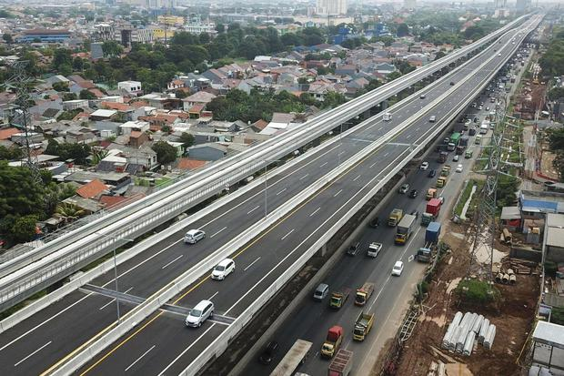 Sejumlah kendaraan melintasi sambungan 2 sisi jembatan (expansion joint) tol layang Jakarta-Cikampek (Japek) II elevated Bekasi, Jawa Barat, Selasa (4/2/2020). Menteri Pekerjaan Umum dan Perumahan Rakyat (PUPR) Basuki Hadimuljono mentargetkan 95 titik pe