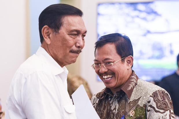 Menko Kemaritiman dan Investasi Luhut Binsar Pandjaitan (kiri) dan Menteri Kesehatan Terawan Agus Putranto (kanan) sebelum mengikuti rapat terbatas (ratas) di Istana Bogor, Jawa Barat, Selasa (4/2/2020). Ratas tersebut membahas kesiapan dampak virus corona pada perekonomian di Indonesia.