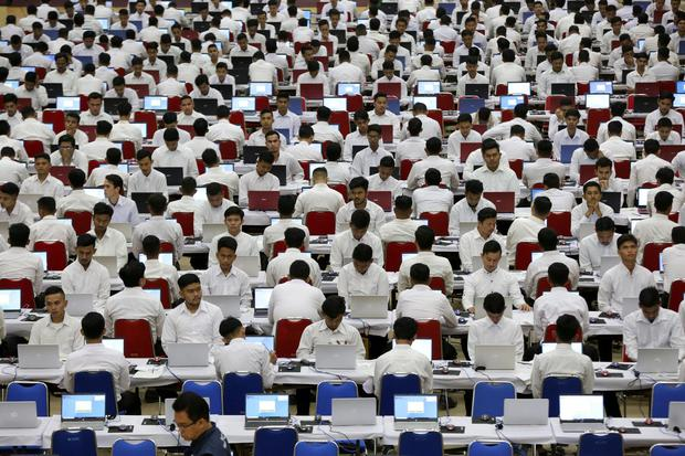 Peserta tes Calon Pegawai Negeri Sipil (CPNS) Kementerian Hukum dan Hak Azazi Manusia (Kemenkumham) mengikuti Seleksi Kompetensi Dasar (SKD) dengan Computer Assisted Test (CAT) di aula Universitas Abulyatama, Aceh Besar, Aceh, Rabu (5/2/2020). Kemenkumhan