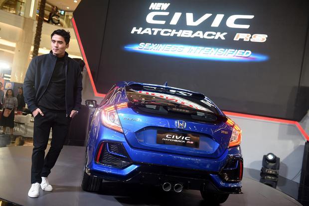 """Model berpose di samping New Honda Civic Hatcback RS saat peluncuran di Jakarta, Kamis (6/2/2020). Model ini dihadirkan dengan tampilan yang semakin """"sporty"""" dan """"stylish"""" dengan berbagai perubahan bagian interior dan eksterior yang menjadi varian ter"""