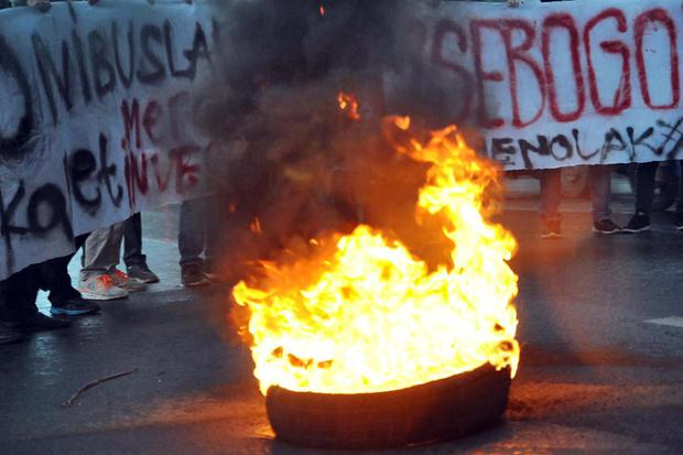 Sejumlah mahasiswa yang tergabung dalam Aliansi Badan Eksekutif Mahasiswa (BEM) se-Bogor membakar ban bekas dalam aksi menolak RUU Omnibus Law di depan Balaikota Bogor, Jawa Barat, Jumat (7/2/2020). Dalam aksinya tersebut mahasiswa menolak RUU Omnibus Law