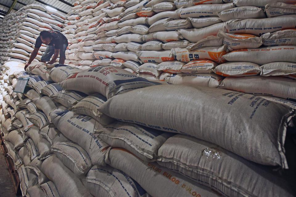 Pekerja menumpuk karung beras stok Bulog di Gudang Bulog Banten, di Serang, Rabu (12/2/2020). Dirut Perum Bulog Budi Waseso menegaskan kesiapanya untuk menyerap beras dari petani pada musim panen mendatang meski masih harus menyalurkan 1,8 juta ton stok l