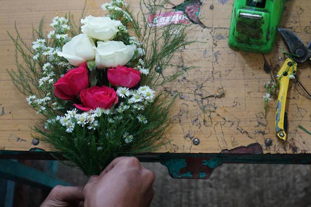 Manfaat air mawar digunakan sebagai bahan alami perawatan kecantikan.