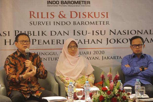Politisi PDI Perjuangan Rokhmin Dahuri (kiri) memberi paparan didampingi, politisi Partai Keadilan Sejahtera (PKS) Lidya Hanifa (tengah) dan politisi Partai Amanat Nasional (PAN) Bima Arya Sugiarto (kanan) dalam rilis survei kinerja evaluasi 100 hari peme