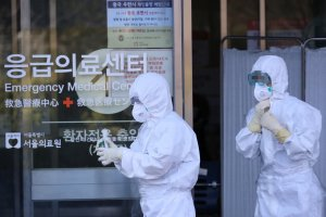 Petugas kesehatan Korea Selatan melintas di depan pusat deteksi virus corona