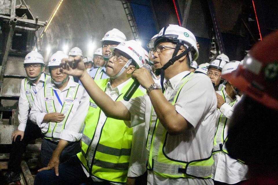 Menteri Perhubungan Budi Karya Sumadi (kedua kanan) mendengarkan penjelasan Dirut PT KCIC Chandra Dwiputra (kanan) saat meninjau proyek kereta cepat Jakarta-Bandung tunnel 4 di Desa Malangnengah, Purwakarta, Jawa Barat, Minggu (23/2/2020). Menhub Budi Kar