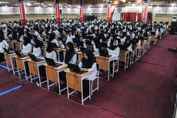 Peserta mengikuti Seleksi CPNS (Calon Pegawai Negeri Sipil) di Gedung Latansa Mashiro di Lebak, Banten, Senin (24/2/2020). Seleksi CPNS tersebut diikuti 8.900 peserta yang berlangsung tanggal 24 - 27 Februari 2020.